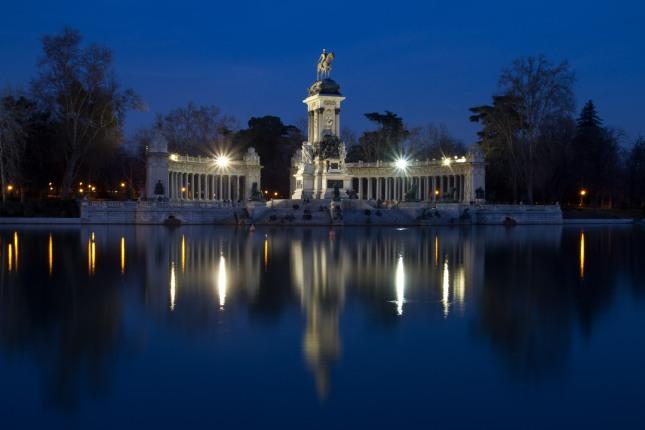 es_madrid_monumento_a_alfonsoxii_en_el_estanque_de_el_retiro_de_noche